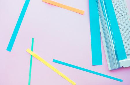 Scherenschnitt mit Werkzeug in bunt mit Hintergrundraum. Hobbydekorationsdesign