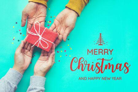 Feliz Navidad con hombre da un regalo a la mujer con fondo de espacio de copia ideas de conceptos de momento de felicidad