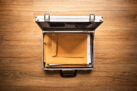 Papier de document important dans un coffre-fort en métal sur une table en bois. Gestion d'entreprise. idées de concepts de sécurité