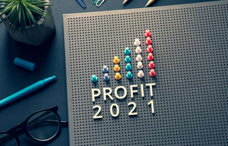 Profit 2021 text with pin garph chart on business table.vision to success and strategy plan. 免版税图像