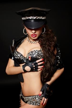 fille nue sexy: sexy belle brune semi-femme de la police nue avec de longs cheveux bouclés avec des menottes avec le maquillage birght et lèvres rouges isolé sur fond noir