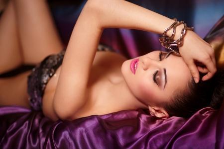 corsetto: Ritratto di moda della bella ragazza bruna modello con birght trucco labbra rosa e insolito haistyle sfondo luminoso colorato con accessorio Archivio Fotografico