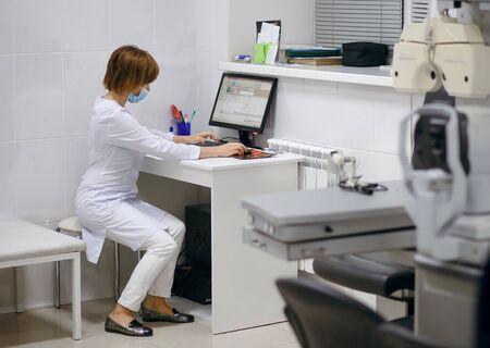 Arzt sitzt am Arbeitsplatz, Wissenschaftlerin arbeitet am Computer Standard-Bild
