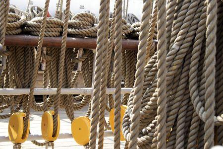 carrucole: Pulegge e corde su una nave a vela.