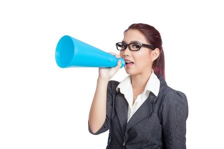 anunciar: Mujer de negocios asi�tica anunciar y sonrisa aislada en el fondo blanco