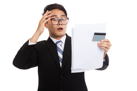 tarjeta de credito: Choque de negocios de Asia con una tarjeta de cr�dito y declaraci�n aislada en el fondo blanco