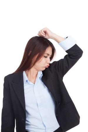 axila: Joven empresaria asi�tica oler su axila aislado en fondo blanco