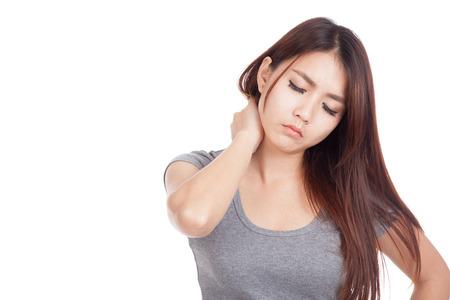 epaule douleur: Jeune femme asiatique se est douleur au cou isol� sur fond blanc