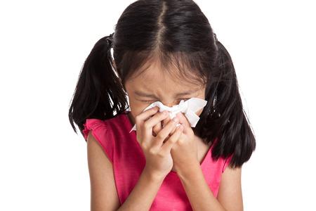 gripe: Poco estornudo muchacha asi�tica con papel servilleta aislados sobre fondo blanco