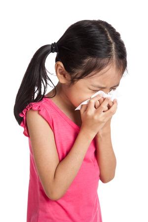 servilleta: Poco estornudo muchacha asi�tica con papel servilleta aislados sobre fondo blanco