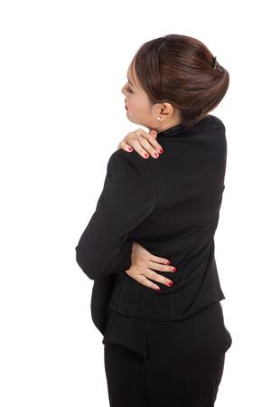 dolor espalda: Mujer de negocios asiática joven consiguió dolor de espalda aislado en fondo blanco