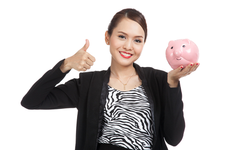 femme pouce leve: Asian business woman thumbs up with pig coin bank  isolated on white background Banque d'images
