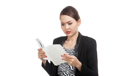 confundido: Mujer de negocios asiática joven confundido con un libro aislado en el fondo blanco