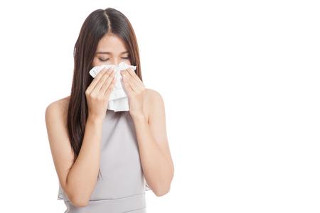 frio: Jóvenes de Asia mujer se enfermó y fría aislada en el fondo blanco