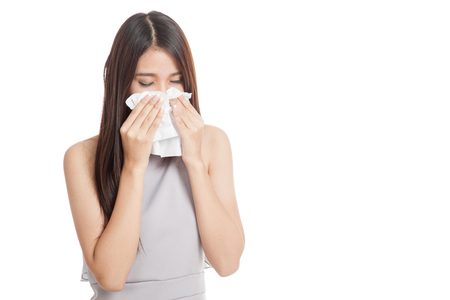 Jonge Aziatische vrouw werd ziek en koud op een witte achtergrond Stockfoto