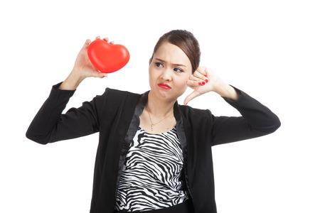 corazon roto: Mujer de negocios asi�tica Pulgares abajo con el coraz�n rojo aislado en fondo blanco
