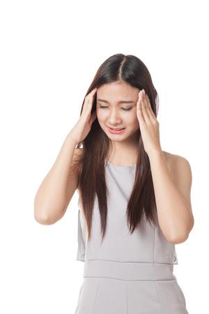 dolor de cabeza: Jóvenes de Asia mujer se enfermó y dolor de cabeza aislado en el fondo blanco