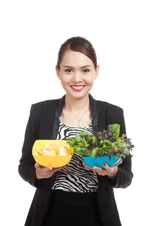 comida chatarra: Mujer de negocios asi�tica joven con papas fritas y ensalada aisladas sobre fondo blanco