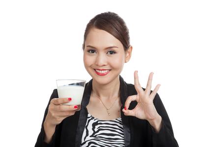 latte fresco: Healthy donna asiatica a bere un bicchiere di latte spettacolo OK segno isolato su sfondo bianco Archivio Fotografico