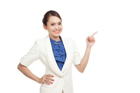 jeune fille: Jeune point de l'espace vierge de femme d'affaires asiatique isol� sur fond blanc