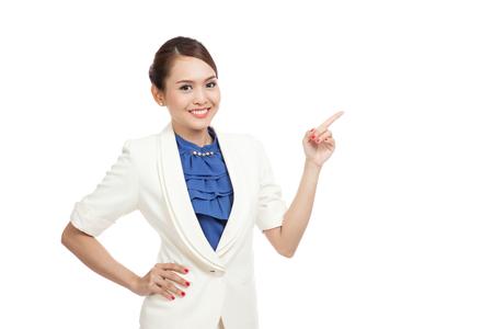 chicas guapas: Punto de mujer de negocios asi�tica joven con el espacio en blanco aislado en fondo blanco