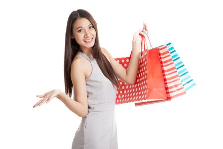 Mooie jonge Aziatische vrouw met boodschappentassen op een witte achtergrond