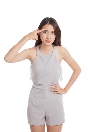 niñas bonitas: Asiática joven y bella mujer pensando punto de la cabeza aislada en el fondo blanco