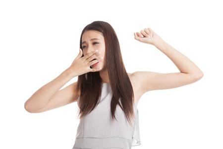 Sleepy jeune femme asiatique bâillement isolé sur fond blanc Banque d'images