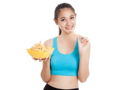 papas fritas: saludable niña asiática hermosa comer papas fritas aisladas sobre fondo blanco