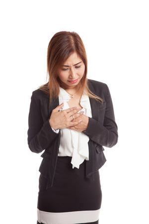 dolor de pecho: Mujer asi�tica joven consigui� dolor de pecho aislado en fondo blanco
