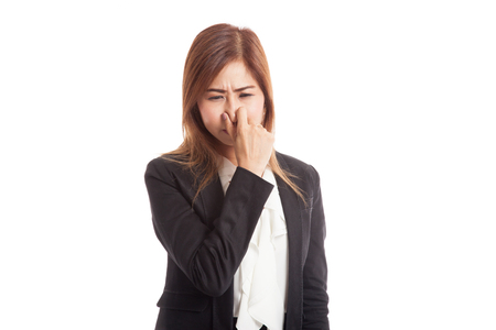 olfato: Mujer asiática joven tapándose la nariz a causa de un mal olor aislados sobre fondo blanco