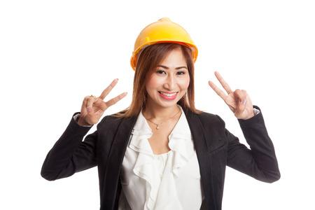 alzando la mano: Mujer ingeniero signo espectáculo victoria asiática con las dos manos aisladas en fondo blanco