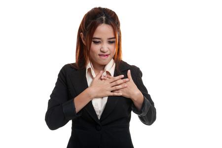 dolor de pecho: La mujer asi�tica joven consigui� dolor de pecho aislado en el fondo blanco.