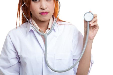 アジア系の若い女医聴診器で白い背景の分離を閉じます。