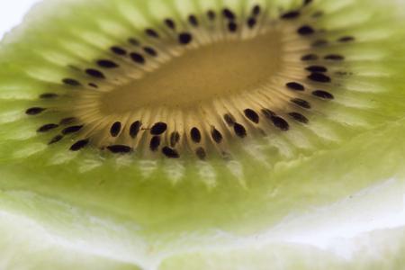 kiwi fruta: Cierre de los kiwis en rodajas en el fondo blanco