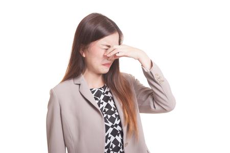 Jonge Aziatische vrouw die haar neus wegens een stank houdt die op witte achtergrond wordt geïsoleerd