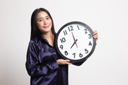 Joven mujer asiática con un reloj sobre fondo blanco.