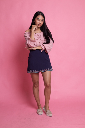 Full body of beautiful young asian woman on pink background Imagens