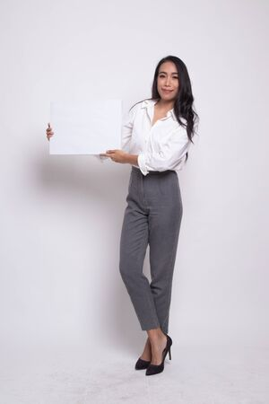 Full body of young Asian woman with white blank sign on white background Banque d'images - 129829326