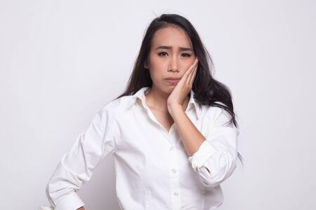 Junge asiatische Frau bekam Zahnschmerzen auf weißem Hintergrund