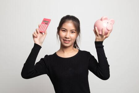 Asian woman with calculator and piggy bank on white background 版權商用圖片 - 142674441