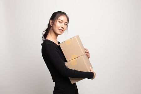 Delivery, relocation and unpacking.  young asian woman holding cardboard box on white background 版權商用圖片 - 142674453