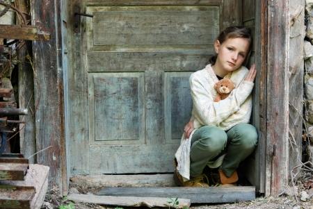 caras tristes: Triste ni�a se siente sola Foto de archivo