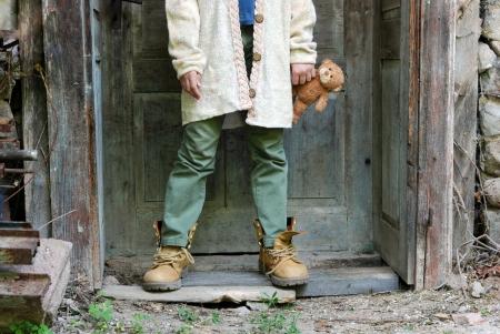 niños tristes: Triste niña se siente sola Foto de archivo