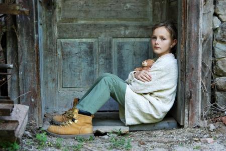 mirada triste: Triste ni�a se siente sola Foto de archivo