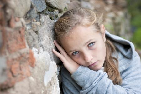 maltrato infantil: Peque�o ni�o triste en exteriores.