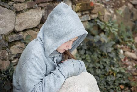 maltrato infantil: Pequeño niño triste es solitario. Foto de archivo
