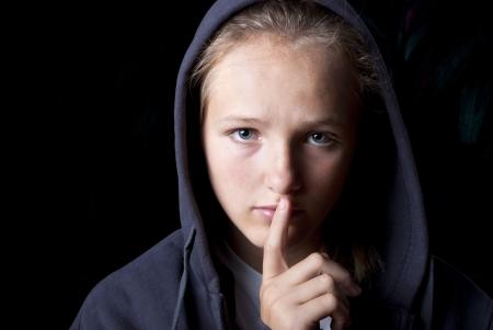 violencia intrafamiliar: Adolescente triste en la depresión. Foto de archivo