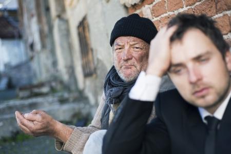 clochard: Uomini senza fissa dimora stanno implorando per strada. Archivio Fotografico