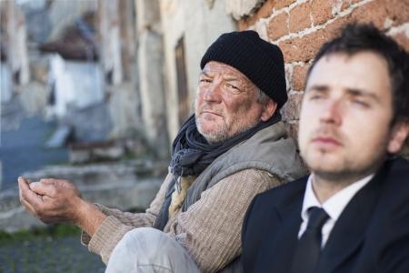 hombre pobre: Hombres sin hogar están pidiendo en la calle.
